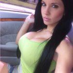 brunette à forte poitrine